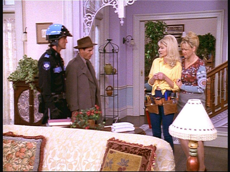 Zelda (Beth Broderick, 2.v.r.) und Hilda (Caroline Rhea, r.) bekommen Besuch von der Einwanderungsbehörde. - Bildquelle: Paramount Pictures