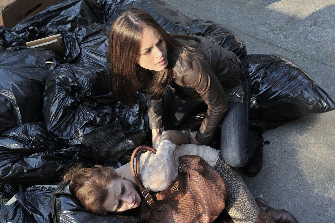 Bei den Ermittlungen in einem neuen Fall, stößt Catherine (Kristin Kreuk, r.) auf Iris (Lara Jean Chorostecki, l.). Sie soll Richter Hanson mehrmals... - Bildquelle: 2012 The CW Network, LLC. All rights reserved.