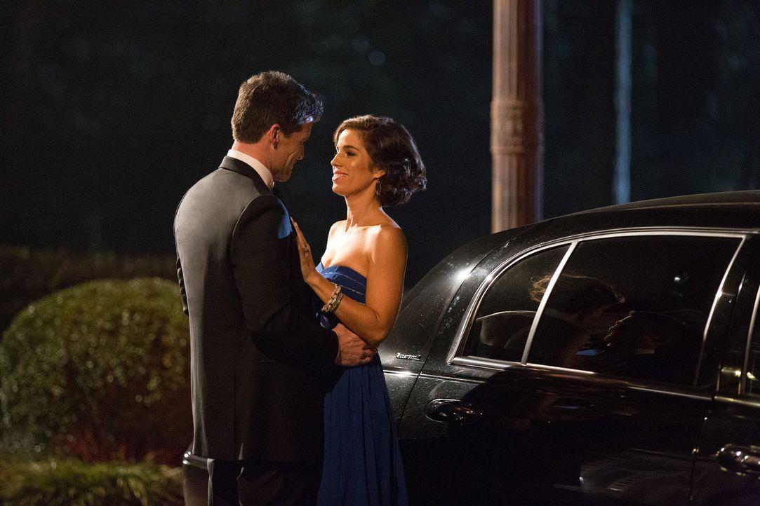 Noch ahnt Marisol (Ana Ortiz, r.) nicht, welches dunkle Geheimnis Nicholas Deering (Mark Deklin, l.) verbirgt ... - Bildquelle: 2014 ABC Studios