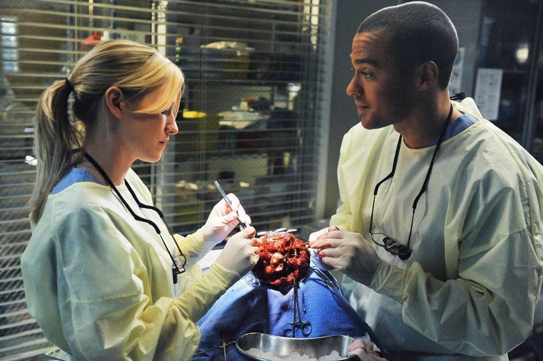 Während sich Derek mit der Presse auseinandersetzten muss, versuchen Lexie (Chyler Leigh, l.) und Jackson (Jesse Williams, r.) einen Patienten zu re... - Bildquelle: Touchstone Television