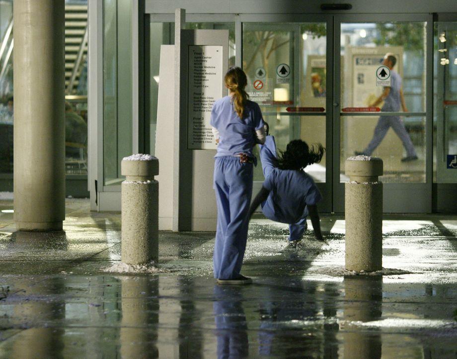 Nach einem doch noch anstrengenden Tag möchte Meredith (Ellen Pompeo, l.) draußen mit Cristina (Sandra Oh, r.) über Derek sprechen, doch dann rutsch... - Bildquelle: Touchstone Television