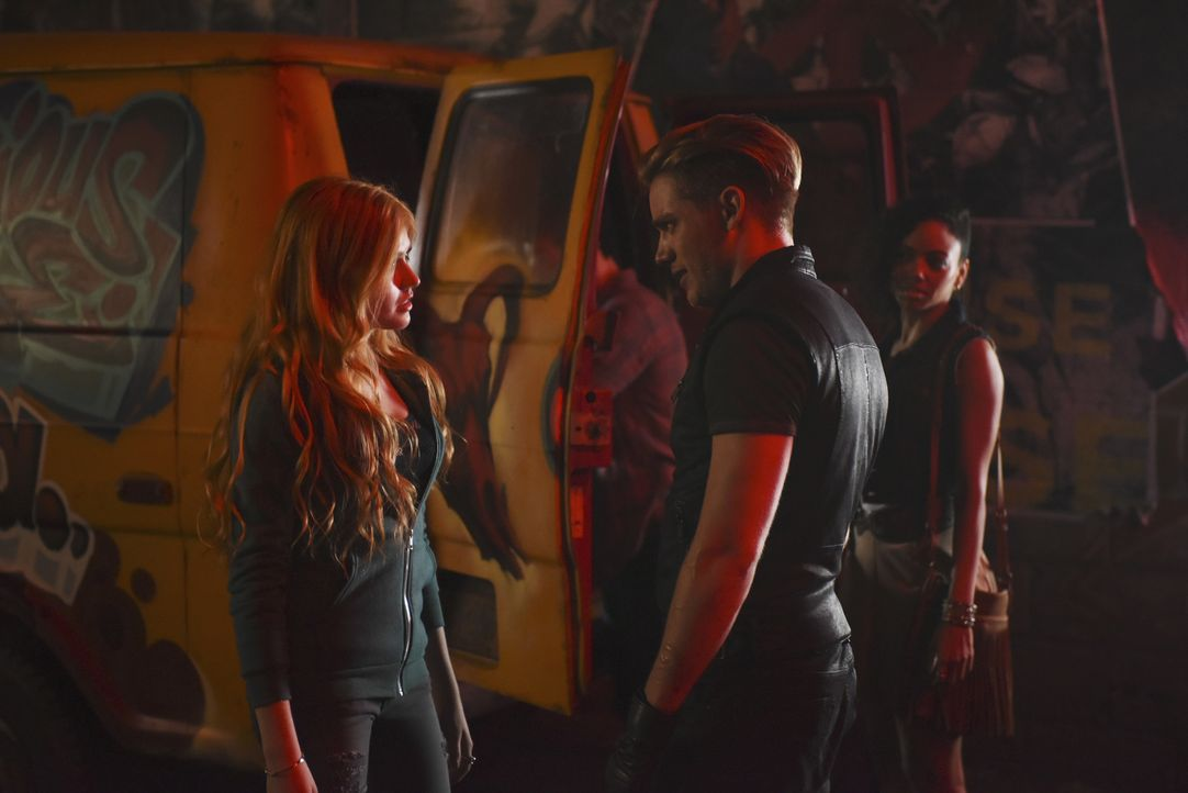 Clary (Katherine McNamara, l.); Jace (Dominic Sherwood, r.) - Bildquelle: John Medland 2015 Disney Enterprises, Inc. All rights reserved./John Medland