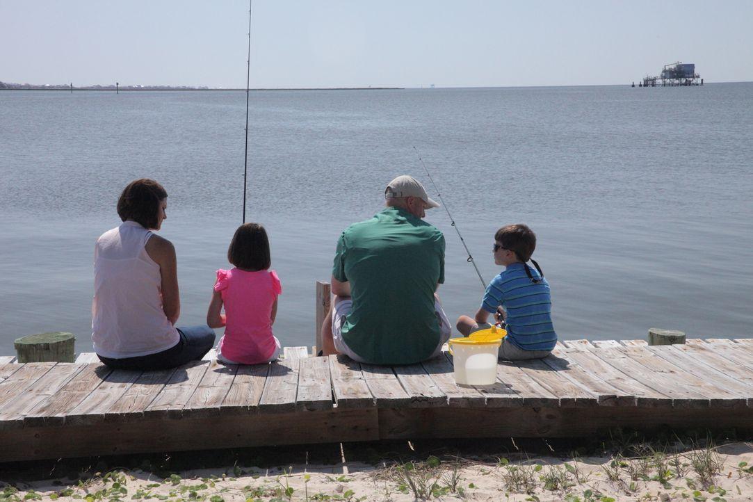 Alisha (l.) und Daniel (2.v.r.) suchen für sich und ihre Kinder ein Stückchen Paradies am Strand. Allerdings sind sie keine Millionäre und ihr Budge... - Bildquelle: 2013, HGTV/Scripps Networks, LLC. All Rights Reserved.
