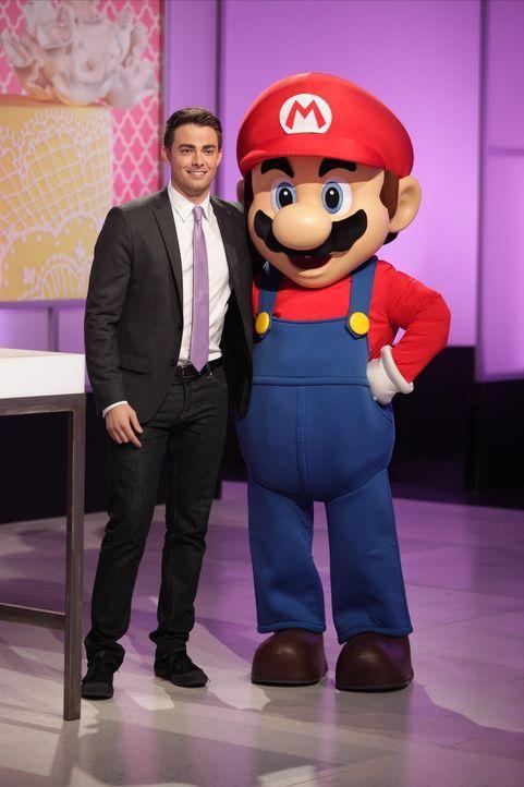 Moderator Jonathan Bennett (l.) und auch Mario (r.) sind gespannt, wie die Bäcker den Nintendo Star in Kuchenform herstellen ... - Bildquelle: 2015, Television Food Network, G.P. All Rights Reserved