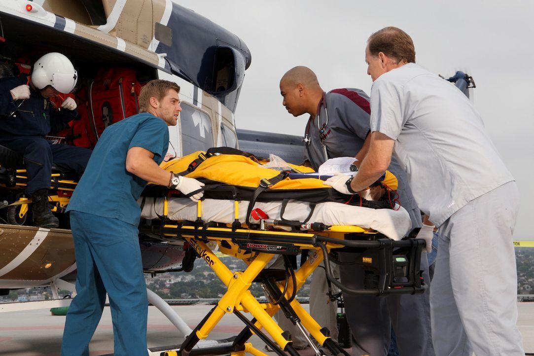Ein eingespieltes Team: Dr. DeLeo (Mike Vogel, l.) und Chef-Pfleger Tuck Brody (Omar Gooding, M.) ... - Bildquelle: Warner Brothers