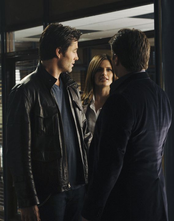 Kate Beckett (Stana Katic, M.) wird von einem überaus attraktiven Mann (Victor Webster, l.) von der Arbeit abgeholt. Castle (Nathan Fillion, r.) kan... - Bildquelle: 2010 American Broadcasting Companies, Inc. All rights reserved.