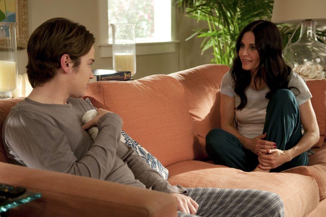Travis (Dan Byrd, l.) leidet immer noch unter der Zurückweisung von Kirsten und verlässt nach wie vor sein Zimmer nicht. Bobby und Jules (Courtene... - Bildquelle: 2010 ABC INC.