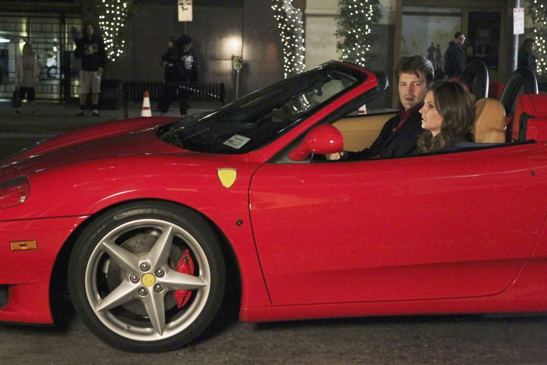 Nach anfänglichem Zögern lässt Richard Castle (Nathan Fillion, l.) Kate Beckett (Stana Katic, r.) tatsächlich ans Steuer seines Ferrari ... - Bildquelle: ABC Studios
