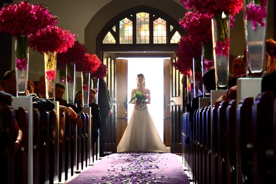 Alles wartet auf die Braut: Lana (Kristin Kreuk) kommt zu spät auf ihre eigene Hochzeit ... - Bildquelle: Warner Bros.