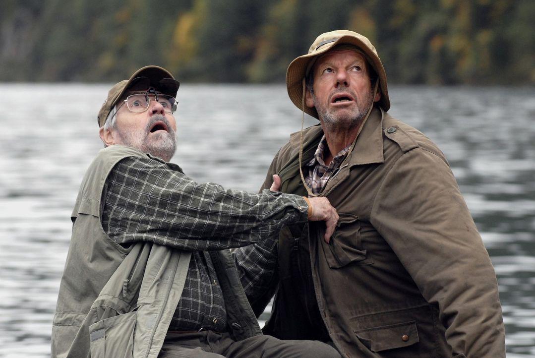 Die beiden Angler (Jannes Schlunk und Norbert Jank) trauen ihren Augen kaum, als sie plötzlich das berühmte Ungeheuer von Loch Ness vor sich sehen... - Bildquelle: Sat.1