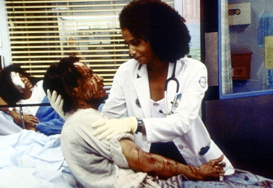 Jeanie (Gloria Reuben, r.) ist prädestiniert, den blutenden Patienten zu behandeln - er ist HIV-positiv ebenso wie sie - Bildquelle: TM+  2000 WARNER BROS.