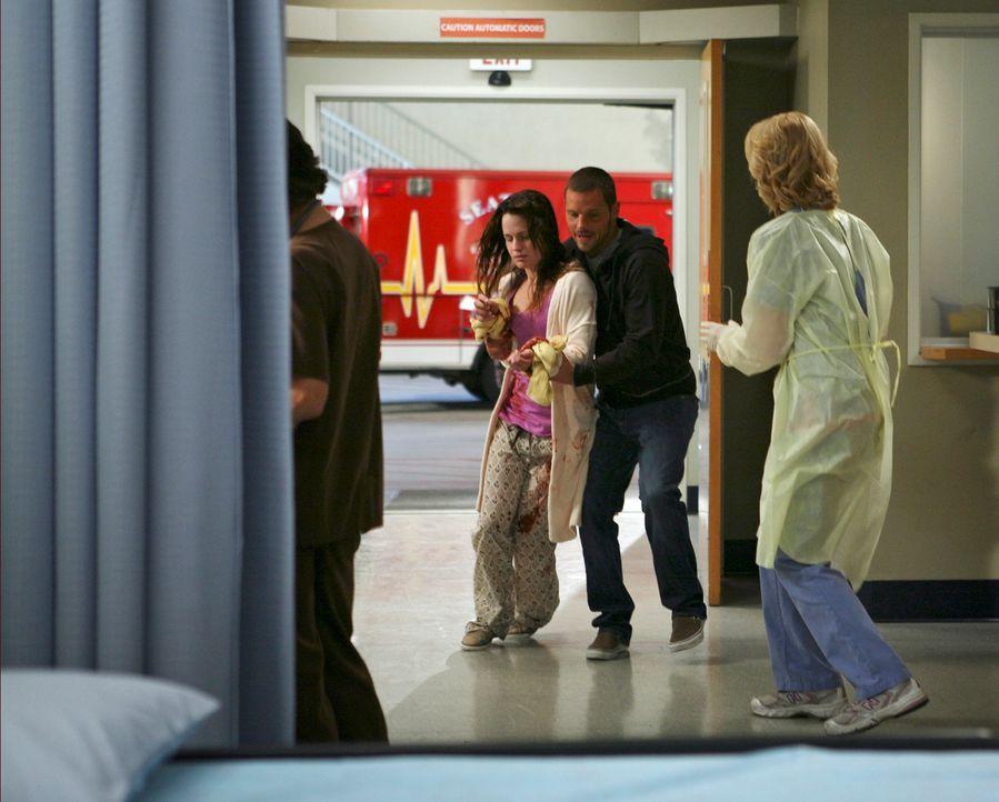 Alex (Justin Chamber, 2.v.r.) sorgt im Grey-Haus für Rebecca (Elizabeth Reaser, 2.v.l.), die immer noch völlig apathisch ist, als sie sich jedoch... - Bildquelle: Touchstone Television