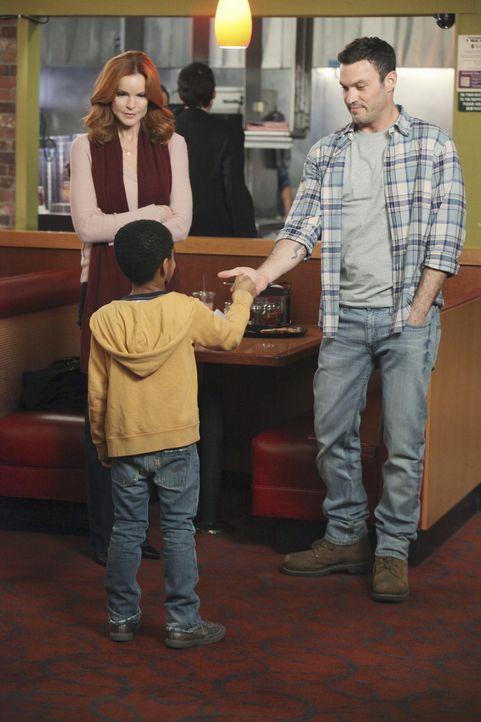 Bree (Marcia Cross, l.) versucht Keith (Brian Austin Green, r.) weiterhin die Existenz seines kleinen Sohnes (Sayeed Shahidi, M.) zu verheimlichen,... - Bildquelle: ABC Studios