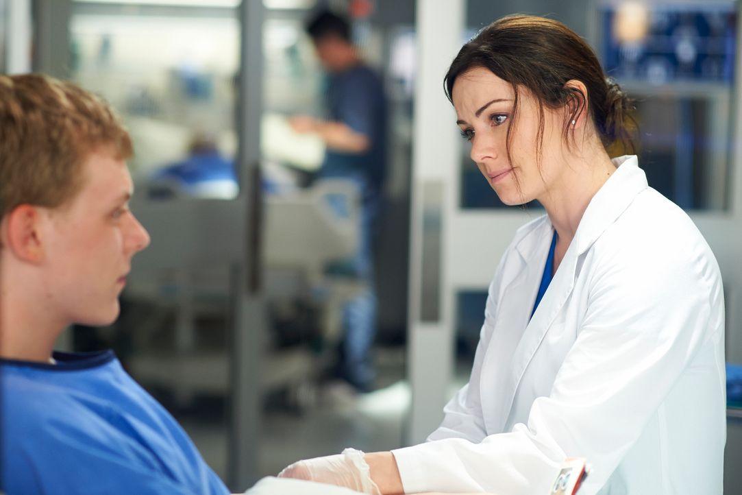 Kann Alex (Erica Durance, r.) für ihren Patienten Connor (Alexander De Jordy, l.) noch rechtzeitig ein geeignetes Spenderorgan organisieren? - Bildquelle: 2012  Hope Zee One Inc.