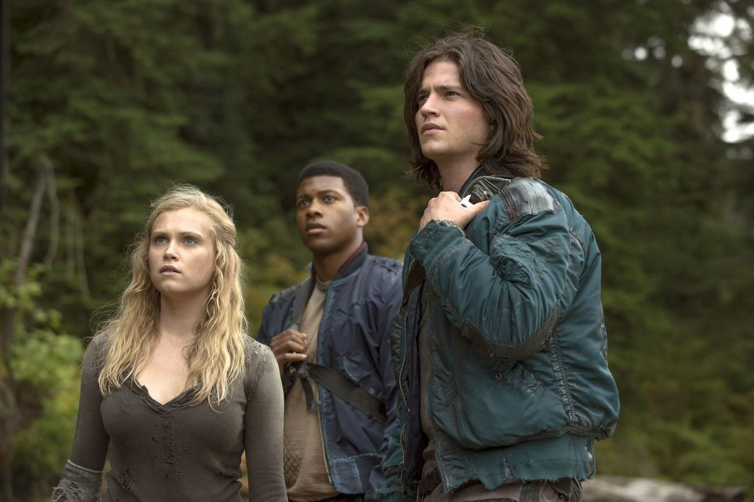 Bei ihrer Suche nach Medizin werden Clarke (Eliza Taylor, l.), Wells (Eli Goree, M.) und Finn (Thomas McDonell, r.) von etwas extrem Tödlichen überr... - Bildquelle: Warner Brothers
