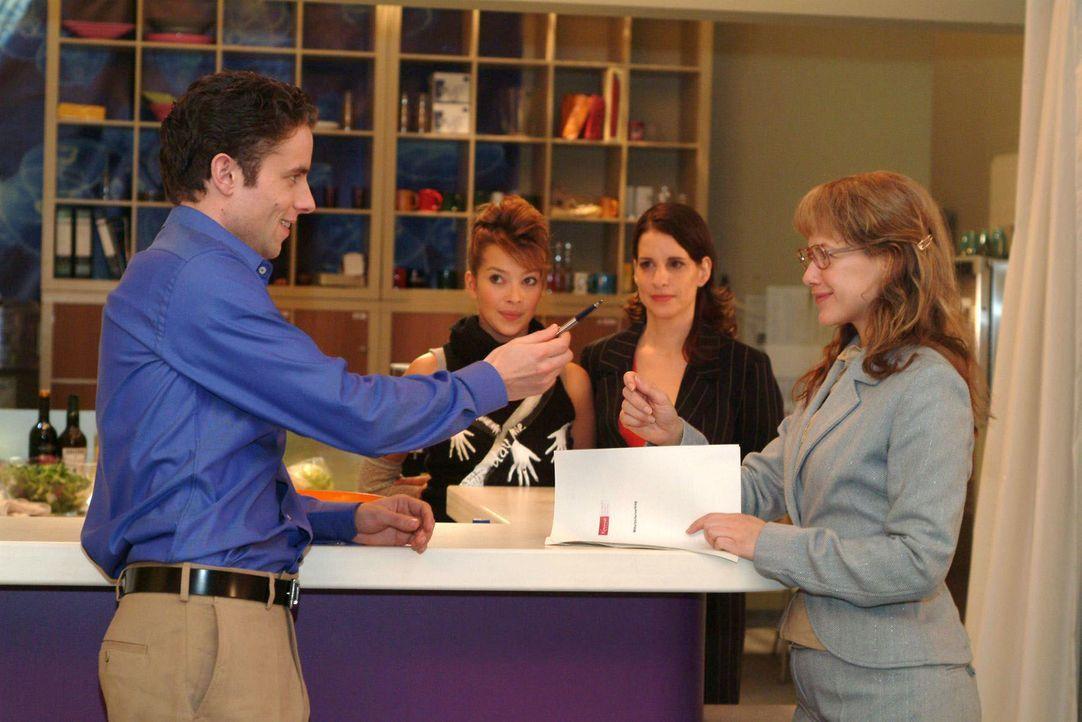 Lisa (Alexandra Neldel, r.) hat es geschafft: Max (Alexander Sternberg, l.) bittet sie, ihren Arbeitsvertrag für die Stelle der Assistentin der Ges... - Bildquelle: Sat.1