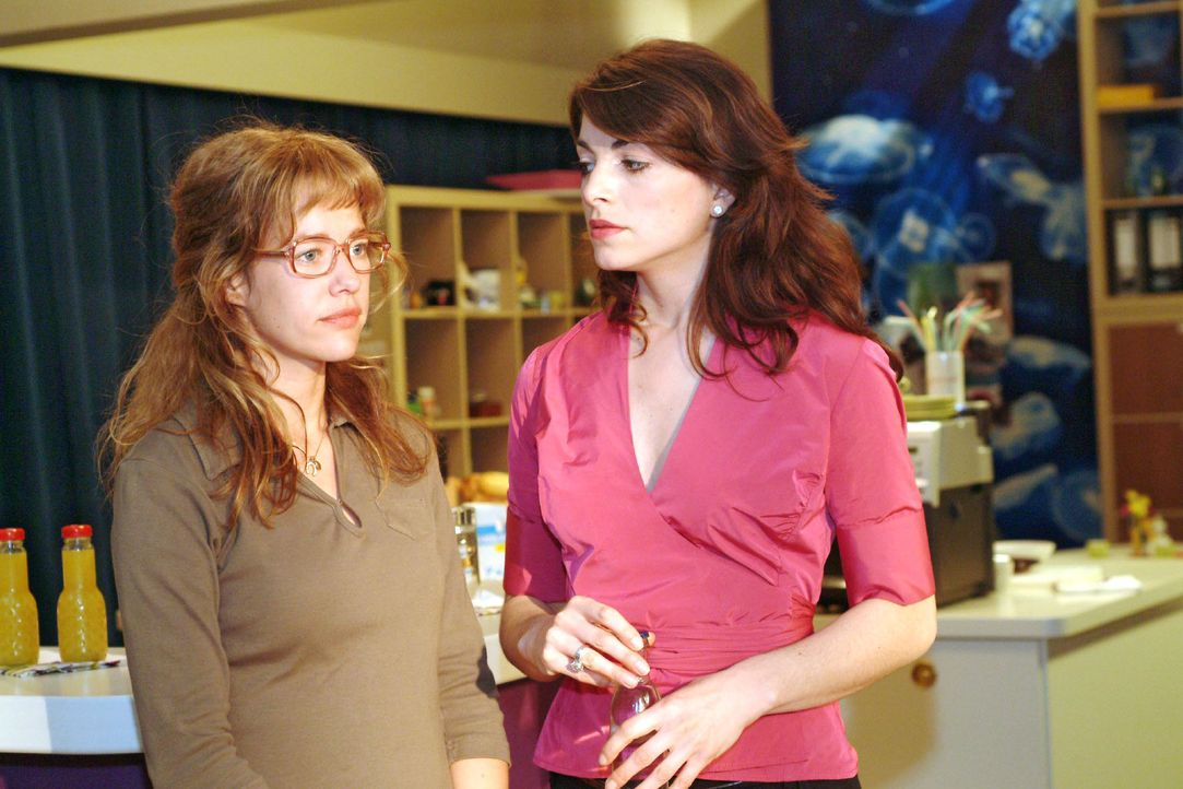 Mit großer Überwindung gibt Lisa (Alexandra Neldel, l.) Mariella (Bianca Hein, r.) zu verstehen, dass es David nicht gut geht und er ihrer Meinung... - Bildquelle: Sat.1
