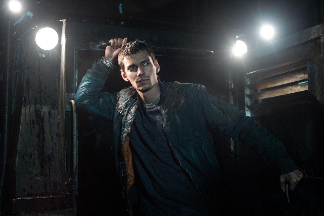 Jasper (Devon Bostick) ist geschockt, als er erkennt, wozu Alie Raven bringen kann, doch kann er ihr helfen? - Bildquelle: 2014 Warner Brothers