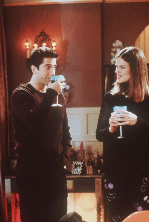 Ross (David Schwimmer, l.) wagt es während seinem Treffen mit Hillary (Missi Pyle, r.) nicht, den Mund aufzumachen, denn seine Zähne sind nach sei... - Bildquelle: TM+  2000 WARNER BROS.
