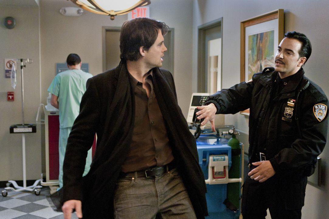 Bevor er das Krankenzimmer von Andrew betritt, wird Henry (Kristoffer Polaha, l.) von einem Polizisten durchsucht. Hat er etwas zu verbergen? - Bildquelle: 2011 THE CW NETWORK, LLC. ALL RIGHTS RESERVED