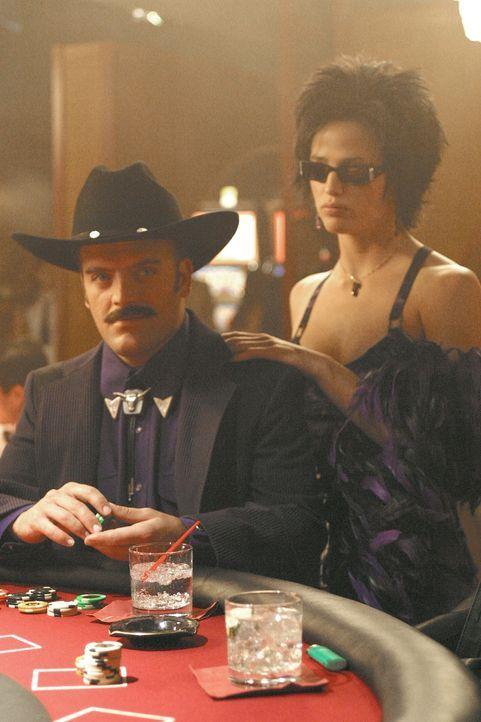 Pokern hoch: Sydney (Jennifer Garner, r.) und Marshall (Kevin Weisman, l.) ... - Bildquelle: Touchstone Television