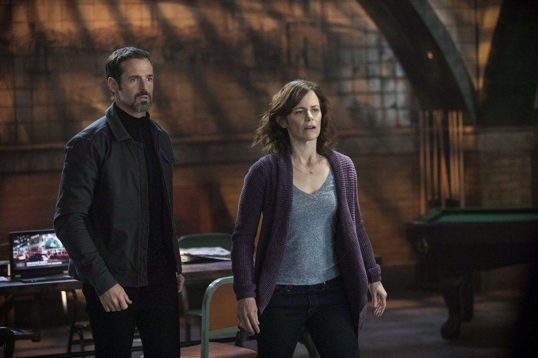 Als die Tomorrow People erkennen, was das Serum wirklich ist, können Marla (Sarah Clarke, r.) und Rogers (Jeffrey Pierce, l.) nur auf die Loyalität... - Bildquelle: Warner Bros. Entertainment, Inc