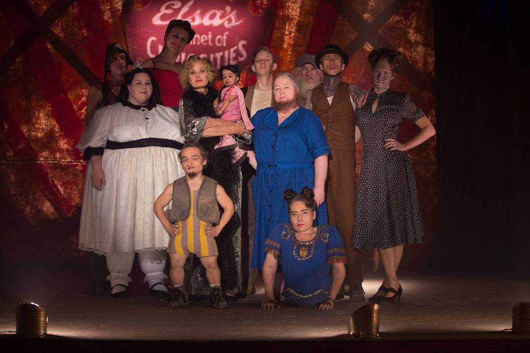 Im Tode vereint? Barbara (Chrissy Metz, 2.v.l.), Eve (Erika Ervin, 3.v.l.), Elsa (Jessica Lange, 4.v.l.), Ma Petite (Jyoti Amge, 5.v.l.), Ethel (Kat... - Bildquelle: 2014-2015 Fox and its related entities. All rights reserved.