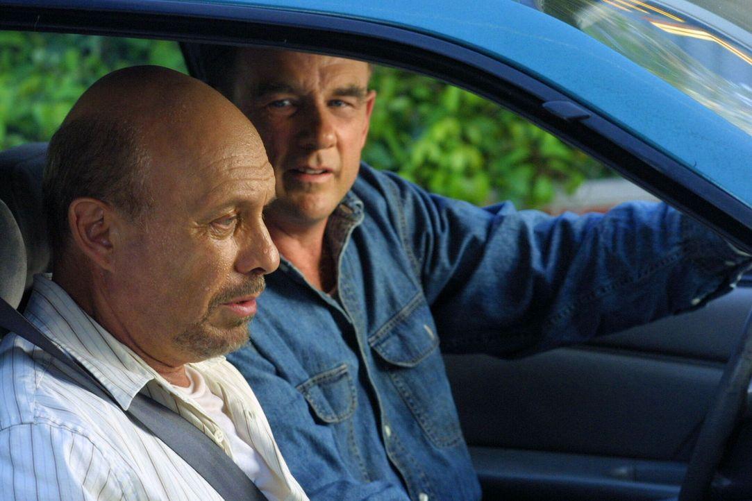 Der Priester Henry Stephens (Hector Elizondo, l.) erzählt Doyle (John Diehl, r.), dass er eine Lebertransplantation braucht, um weiterleben zu könne... - Bildquelle: Warner Bros. Entertainment Inc.