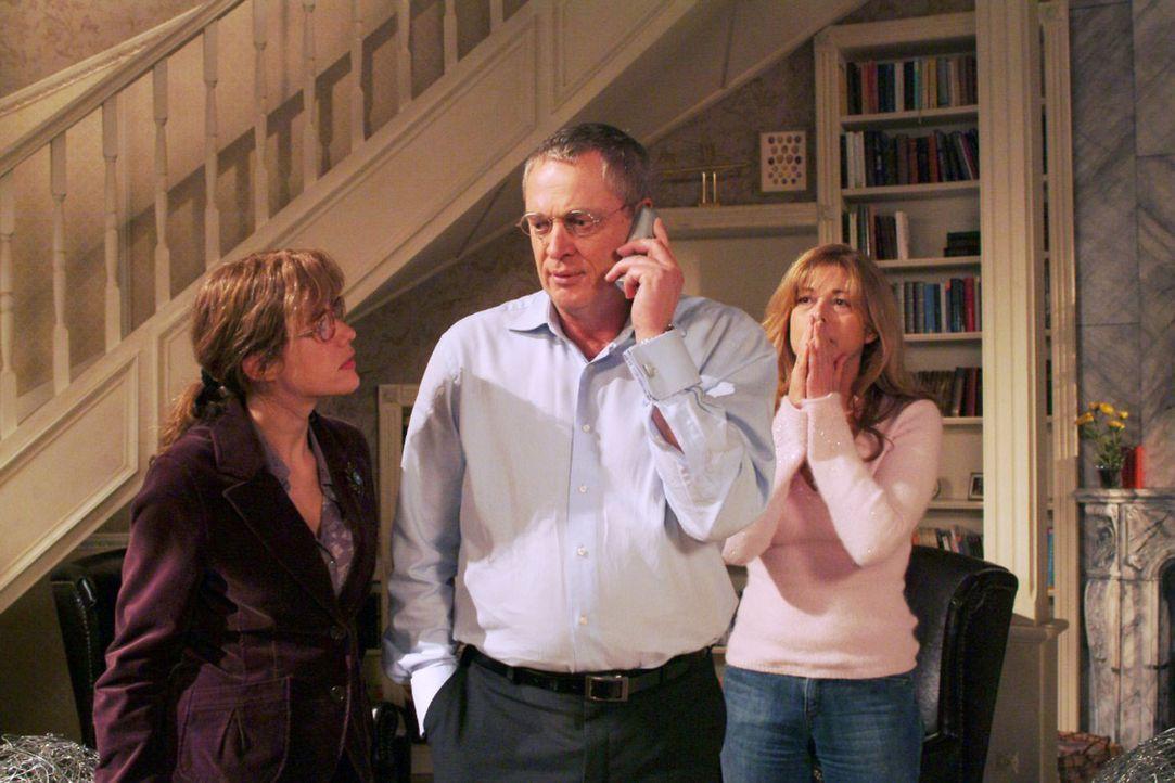 Lisa (Alexandra Neldel, l.), Friedrich (Wilhelm Manske, M.) und Laura (Olivia Pascal, r.) sind völlig aufgelöst, als das Telefon läutet und die E... - Bildquelle: Monika Schürle Sat.1