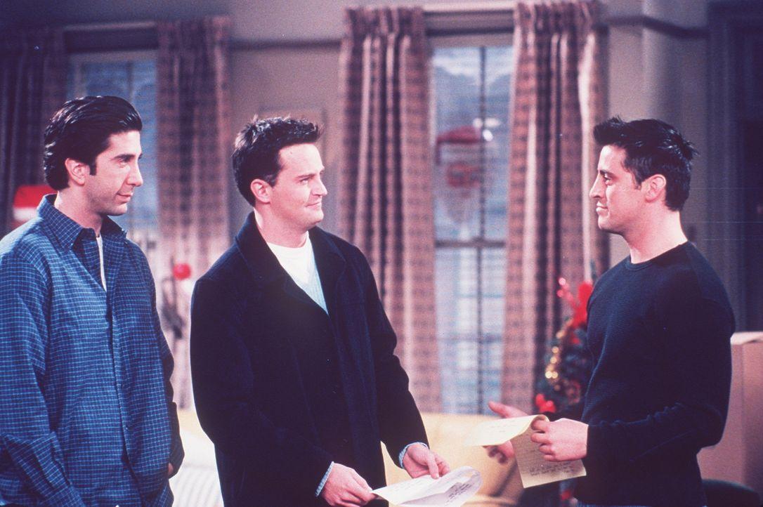Joey (Matt LeBlanc, r.) ist auf der Suche nach einer passenden Rolle für sich. Da raten ihm Chandler (Matthew Perry, M.) und Ross (David Schwimmer,... - Bildquelle: TM+  2000 WARNER BROS.