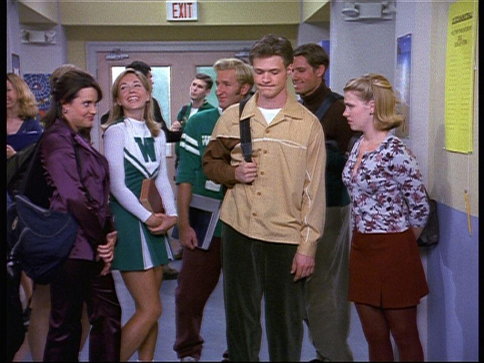 Libby (Jenna Leigh Green, l.) lädt Harvey (Nate Richert, vorne 2.v.r.) zu einer Fahrt in ihrem neuen Cabrio ein. Sabrinas (Melissa Joan Hart, r.) W... - Bildquelle: Paramount Pictures