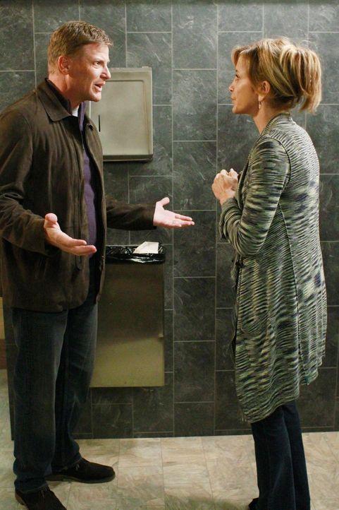 Während Susan plant, Fairview zu verlassen, beschließt Lynette (Felicity Huffman, r.), Tom (Doug Savant, l.) endlich in das Geheimnis einzuweihen ..... - Bildquelle: ABC Studios