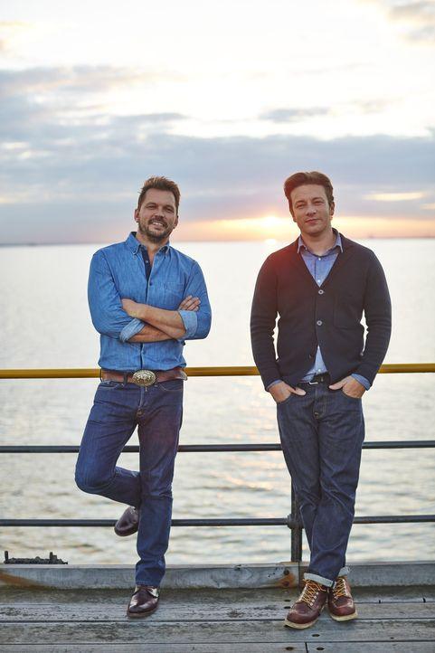 (4. Staffel) - Eine kulinarische Reise wartet auf Jamie Oliver (r.), Jimmy Doherty (l.) und ihre Gäste ...