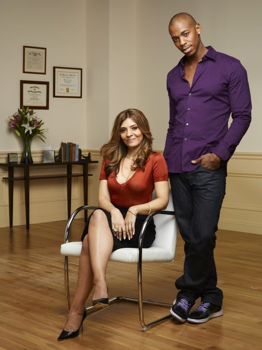 "(1. Staffel) - Danis (Callie Thorne, l.) erster Patient ist der Star der Mannschaft, Terrence ""TK"" King (Mehcad Brooks, r.). Seine Behandlung führt... - Bildquelle: 2011 Sony Pictures Television Inc. and Universal Network Television LLC.  All Rights Reserved."