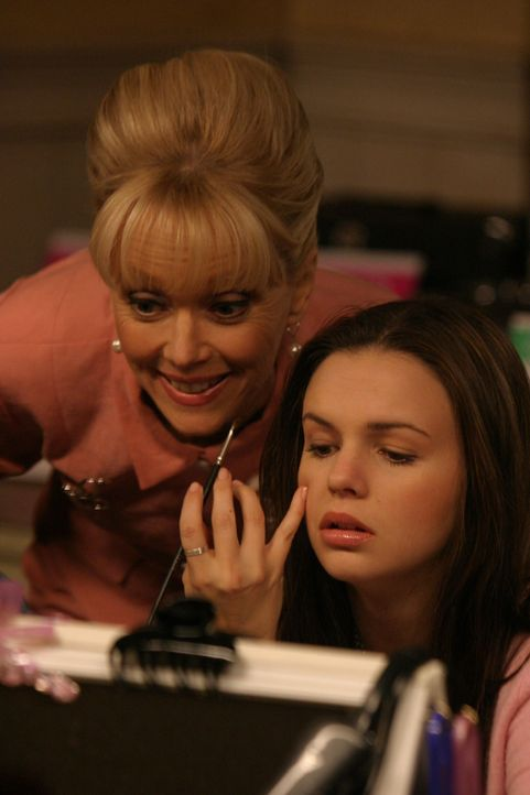 Widerwillig nimmt Joan (Amber Tamblyn, r.) an einem Make-Up-Kurs bei Ms. Candy (Shelley Long, l.) teil ... - Bildquelle: Sony Pictures Television