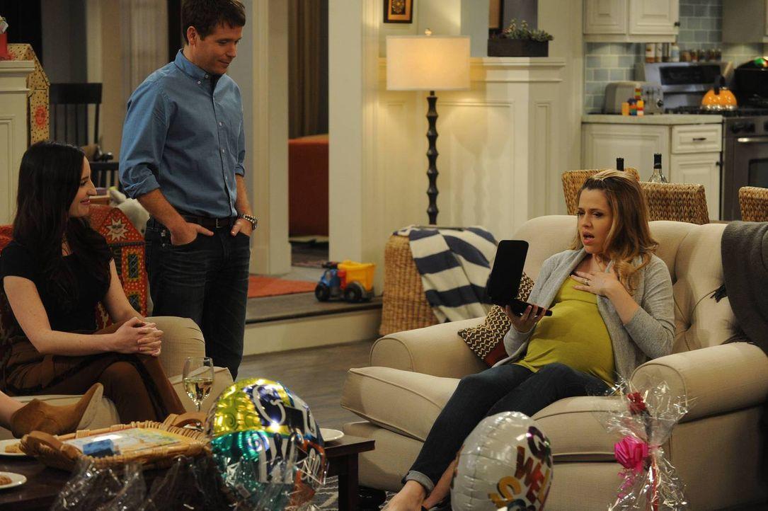 Nachdem Kate (Zoe Lister Jones, l.) und Bobby (Kevin Connolly, M.) alles getan haben, um die Halskette bezahlbar zu machen, sind sie auf die Reaktio... - Bildquelle: 2013 CBS Broadcasting, Inc. All Rights Reserved.