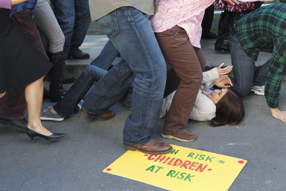 Die von Lynette friedlich geplante Demonstration nimmt ein katastrophales Ende: Susan (Teri Hatcher, liegend) ... - Bildquelle: ABC Studios