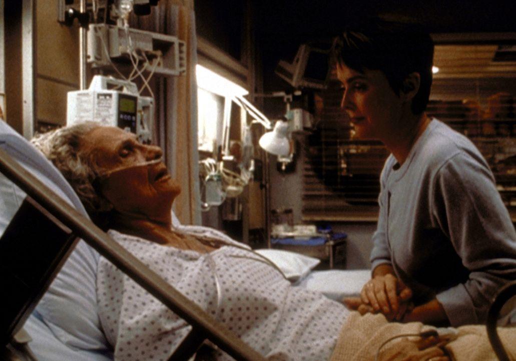 Kerry Weavers (Laura Innes, r.) Suche nach ihrer leiblichen Mutter endet am Krankenbett von Mrs. Brennan (Connie Sawyer, l.). - Bildquelle: TM+  2000 WARNER BROS.