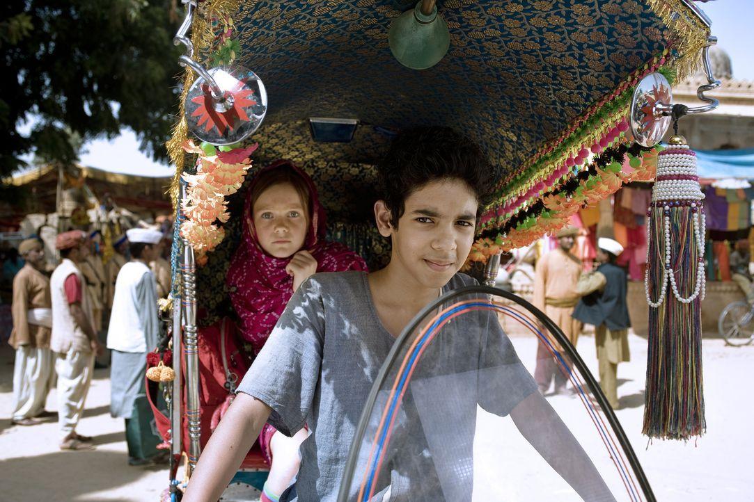 Hexe Lilli (Alina Freund, l.) wird von Growesir Guliman aus dem fernen Orient um Hilfe gebeten. Sie denkt er sei der Herrscher von dem Königreich Ma... - Bildquelle: Disney
