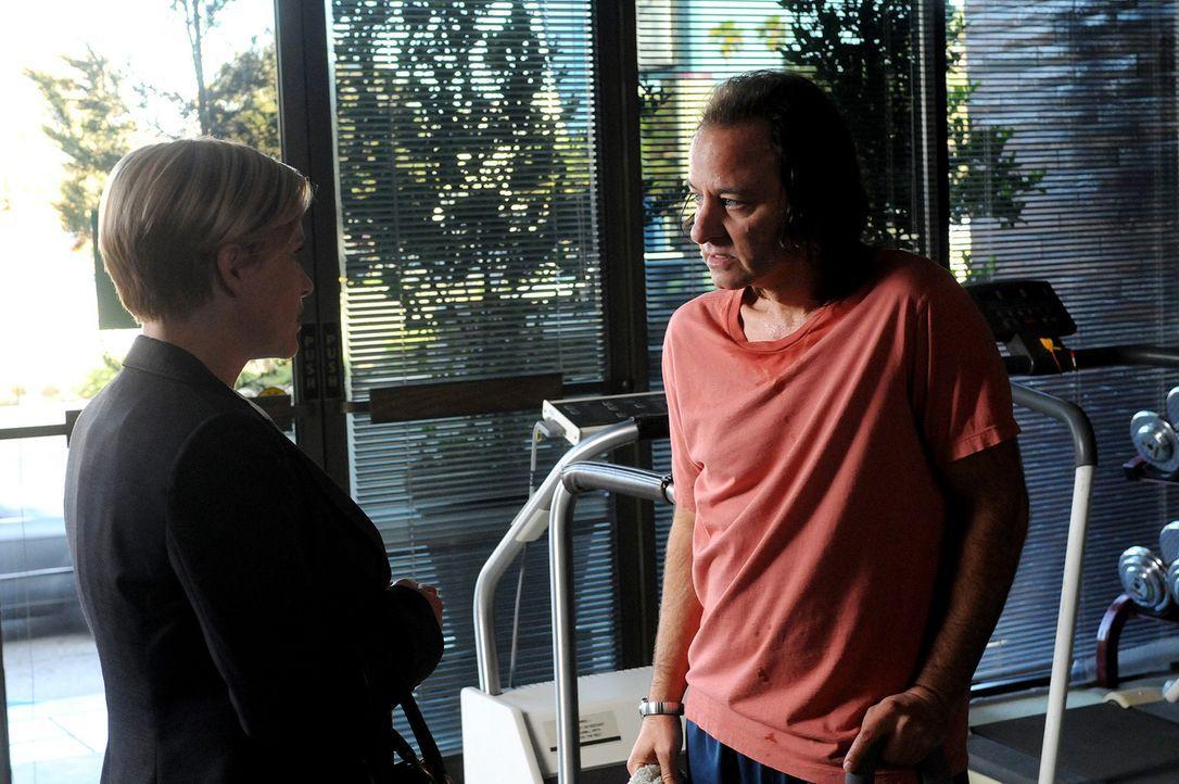 Allison (Patricia Arquette, l.) hat von dem Mann geträumt, der einst Neal Greybridge (Fisher Stevens, r.) auf der Straße überfallen und niedergescho... - Bildquelle: Paramount Network Television