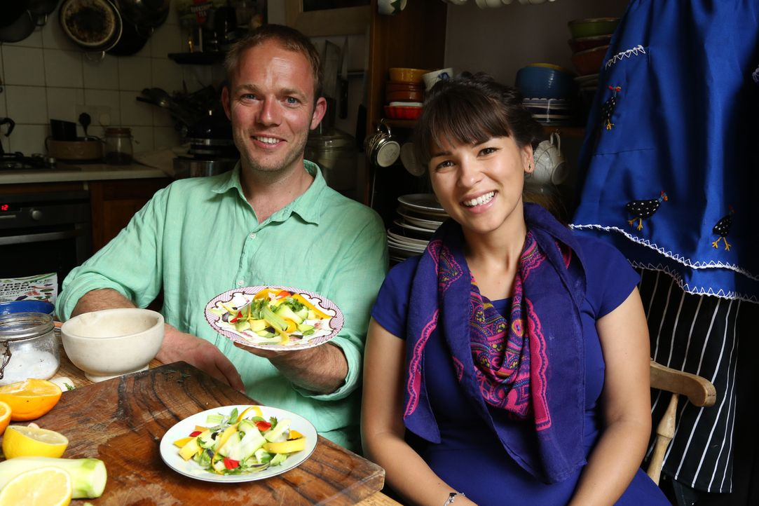 Wer sagt, dass man in einer Weltstadt wie London keinen Salat anpflanzen kann? Rachel (r.) und Tom (l.) genießen einen Salat aus den Produkten des S... - Bildquelle: Richard Hill BBC 2013
