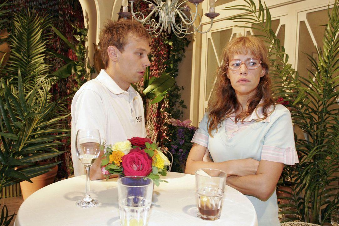 Lisa (Alexandra Neldel, r.) macht es Jürgen (Oliver Bokern, l.) nicht gerade leicht, sich bei ihr zu entschuldigen. (Dieses Foto von Alexandra Neld... - Bildquelle: Noreen Flynn Sat.1