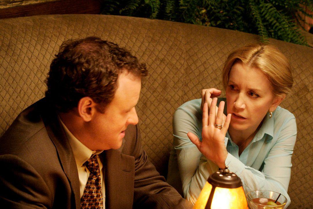 Lynette (Felicity Huffman, r.) verdeutlicht Chuck (Larry Dorf, l.), dass sie kein Interesse an ihm hat, indem sie ihm ihren Ehering vor die Nase häl... - Bildquelle: 2005 Touchstone Television  All Rights Reserved
