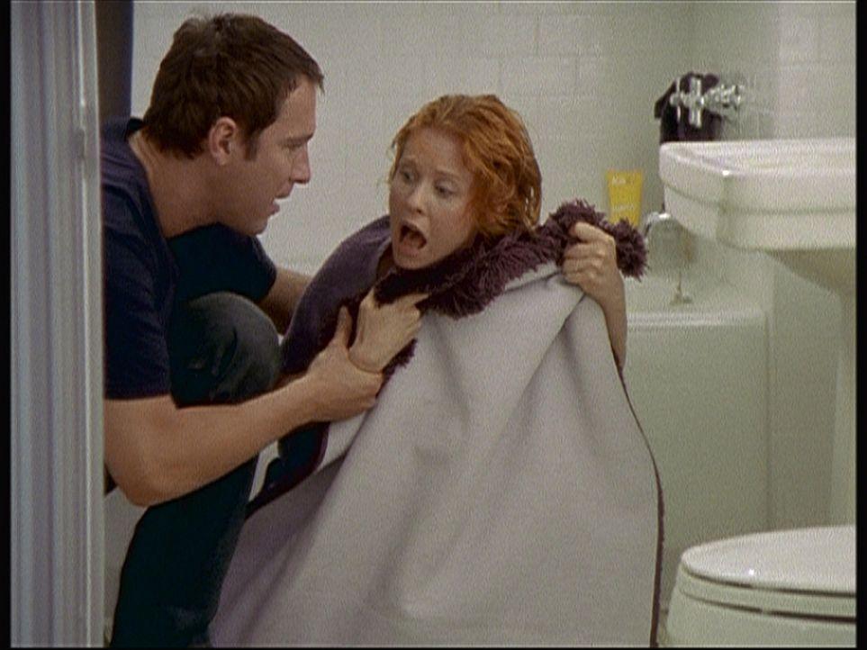 Aidan (John Corbett, l.) als Retter in der Not: Miranda (Cynthia Nixon, r.) hat einen Hexenschuss. - Bildquelle: Paramount Pictures