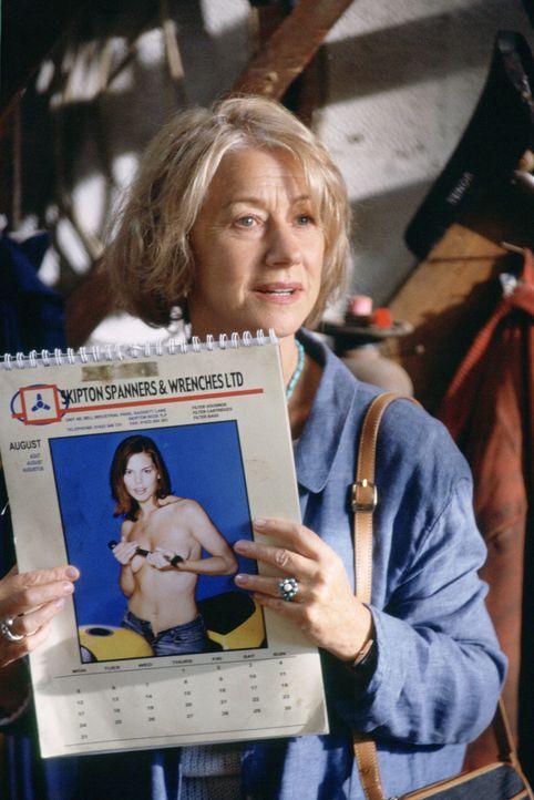 Als Chris Harper (Helen Mirren) in einer Autowerkstatt den Kalender mit den leicht bekleideten Frauen entdeckt, kommt ihr die Idee! - Bildquelle: Jamie Midgley Buena Vista Pictures Distribution /   Touchstone Pictures. All Rights Reserved.