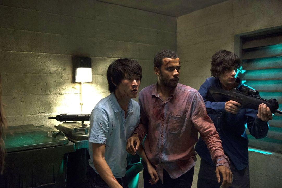 Monty (Christopher Larkin, l.), Miller (Jarod Joseph, M.), Jasper (Devon Bostick, r.) und die anderen Skypeople verbarrikadieren sich auf Ebene 5. D... - Bildquelle: 2014 Warner Brothers