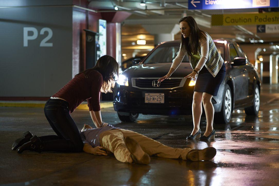 Als Alex (Erica Durance, l.) das Krankenheus verlässt, wird sie Zeugin eines schrecklichen Unfalls, verursacht von Denise (Georgina Reilly, r.) ... - Bildquelle: 2013  Hope Zee Two Inc.
