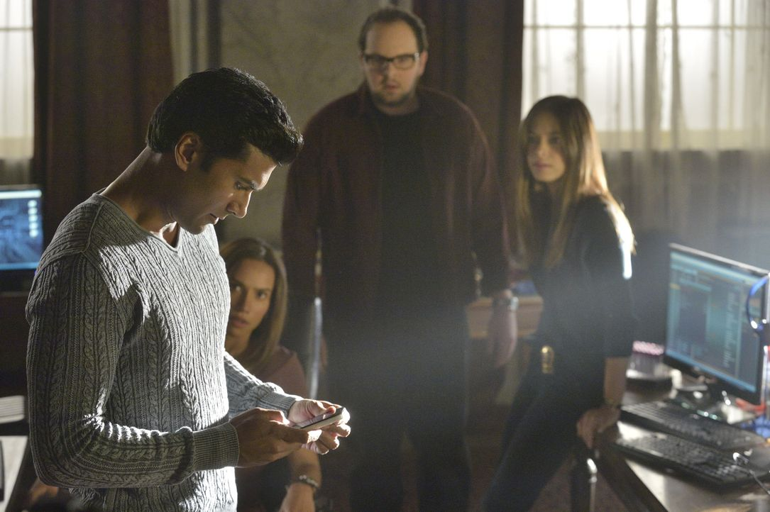 Cat (Kristin Kreuk, r.), Tess (Nina Lisandrello, 2.v.l.), Gabe (Sendhil Ramamurthy, l.) und J.T. (Austin Basis, 2.v.r.) machen sich auf die Suche na... - Bildquelle: 2013 The CW Network, LLC. All rights reserved.