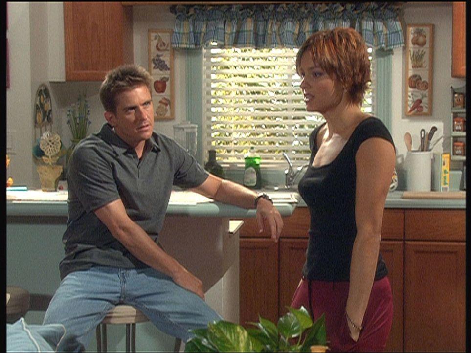 Jesse (Charlie Schlatter, l.) versucht, Julie Mut zu machen, die einer alten Liebe nachtrauert. - Bildquelle: Viacom