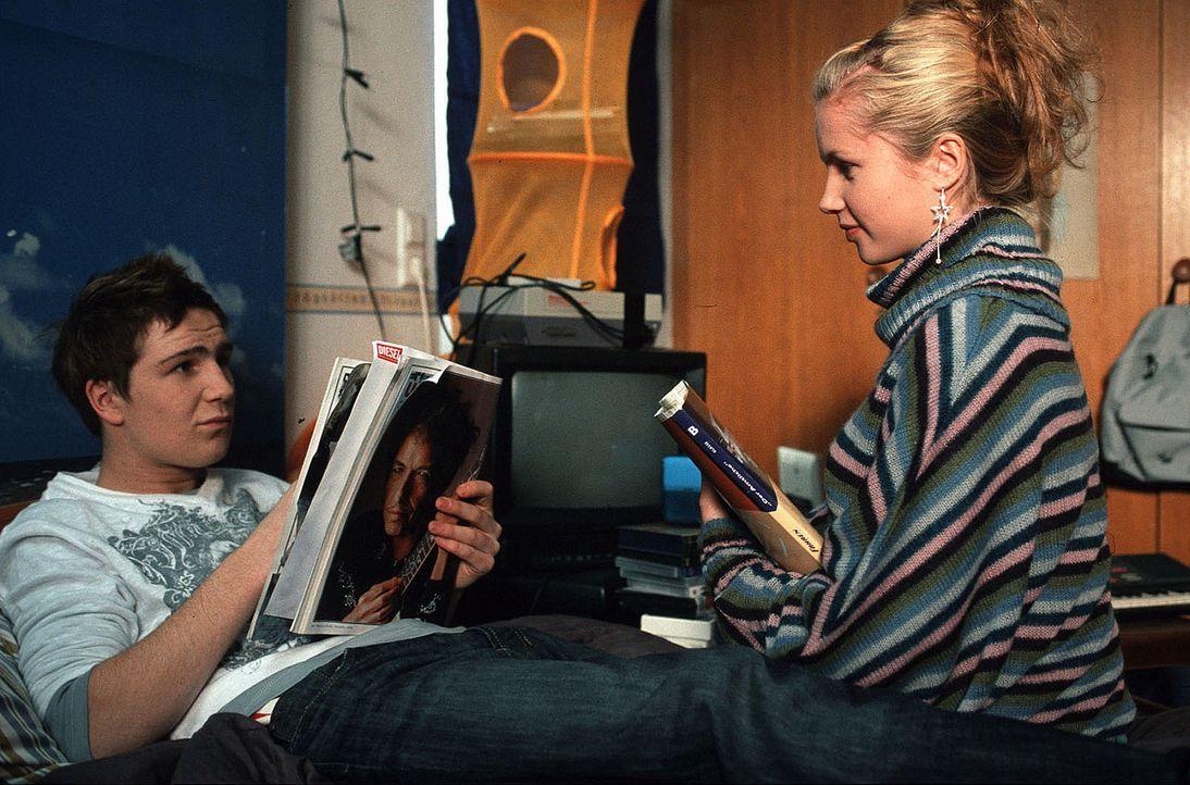 Jonas (Frederick Lau, l.) und Jamie (Cornelia Gröschel, r.) rätseln über das seltsame Verhalten ihrer Eltern ... - Bildquelle: Sat.1